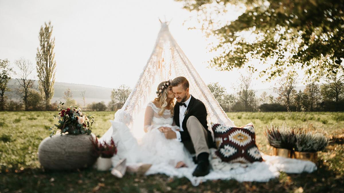 Ein Brautpaar auf einer Wiese im Sonnenuntergang