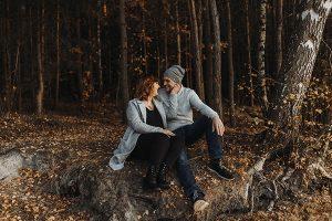 Steffi und Thomas sitzend im Wald