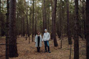 Steffi und Thomas stehend im Wald
